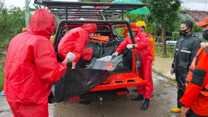 Tim SAR gabungan lakukan evakuasi korban banjir di Indramayu.