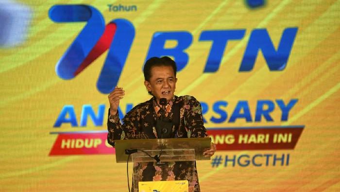Komisaris Utama PT Bank Tabungan Negara (Persero)Tbk. Chandra Hamzah (kiri) dan  Plt Direktur Utama Bank BTN ,Nixon LP Napitupulu (kedua dari kiri)  kompak mengangkat jempol usai melakukan prosesi pemotongan tumpeng  saat acara syukuran Hari Ulang Tahun Bank BTN ke 71 di Jakarta, Selasa (9/2). Selama 71 tahun berdiri Bank BTN telah merealisasikan pembiayaan senilai lebih dari Rp640 triliun dan telah menyentuh lebih dari 5 juta masyarakat di Indonesia atau 20 juta orang jika rata-rata satu rumah dihuni oleh 4 orang. Dalam rangka HUT 71 tersebut, BTN menggelar program kado beruntung KPR dengan suku bunga 4,71% berkolaborasi dengan para pengembang dalam ajang Anniversary BTN Solusi Properti Expo yang akan digelar 27 Februari mendatang.