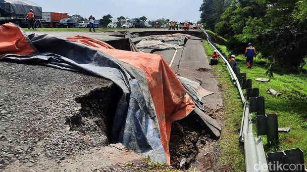 Ruas jalan Tol Cikopo-Palimanan (Cipali) KM 122 arah Jakarta mengalami ambles. Petugas memberlakukan contraflow atau sistem lawan arus di lokasi tersebut.