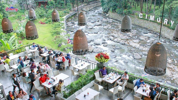 Di Cimory Riverside, traveler akan disuguhkan pemandangan alam puncak ditambah sungai yang mengalir sambil menyantap hidangan.