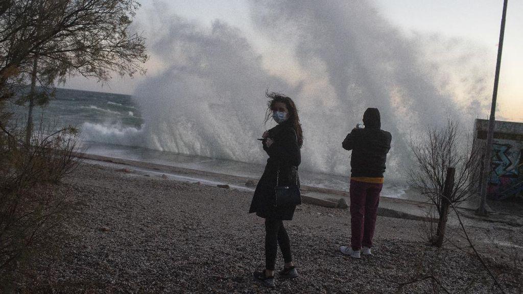 Gelombang Besar Hantam Pantai Yunani