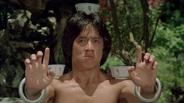 Jackie Chan berperan sebagai Wong Fei-hung di film Drunken Master.