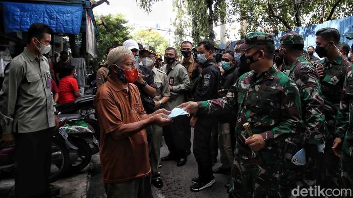 Program Jakarta Bermasker terus dilakukan. Hal itu demi menekan peyebaran COVID-19 yang masih tinggi di DKI Jakarta.