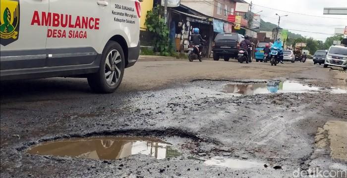 Jalan rusak di Sukabumi
