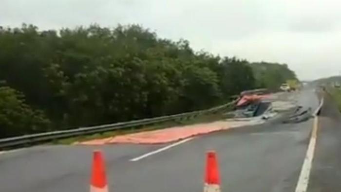 Jalan Tol Cipati KM22 perbatasan Indramayu-Subang mengalami ambles