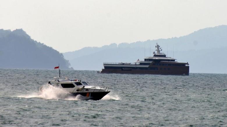 Kapal Angkatan Laut Iboih melakukan pengamanan terhadap kapal pesiar Super Yach La Datcha George Town berbendera Cayman Island di perairan Ulee Lheue, Banda Aceh, Aceh, Senin (8/2/2021). Kanwil Kemenkumham Aceh menyatakan kapal pesiar asing beserta sebanyak 18 krunya itu ditangkap di Pulau Rusa, perairan Aceh Besar karena tidak memiliki izin memasuki perairan Indonesia. ANTARA FOTO/Ampelsa/foc.