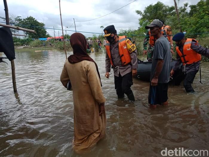Kapolda Jatim Blusukan ke Lokasi Banjir Jombang