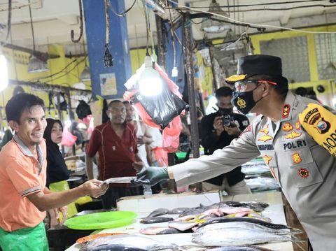 Kapolda Malut Irjen Risyapudin Nursin meninjau penerapan prokes serta membagikan masker dan edukasi soal COVID-19 di 2 pasar di Kota Ternate (dok Istimewa)