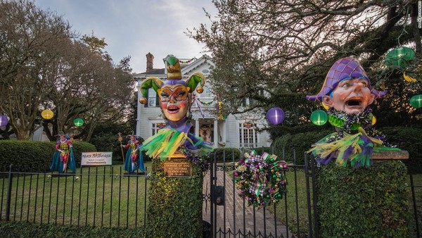 Warga Kota New Orleans sepakat untuk menghias rumah mereka sebagai ganti mobil karnaval.(CNN)