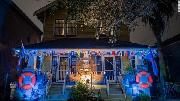 Tak hanya cantik di siang hari, malam hari pun rumah-rumah ini menyala karena diberi lampu warna-warni. (CNN)