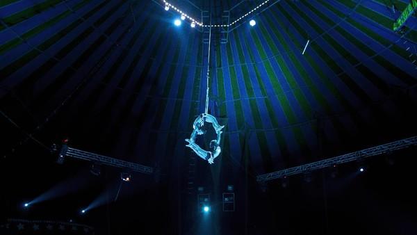 Berbagai aksi memukau pun ditunjukan para pemain sirkus.