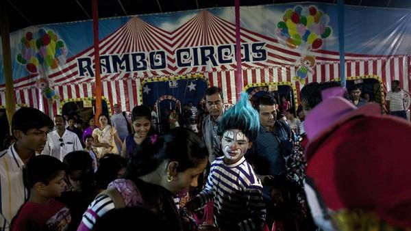 Penjualan tiket adalah satu-satunya sumber pendapatan sirkus ini.