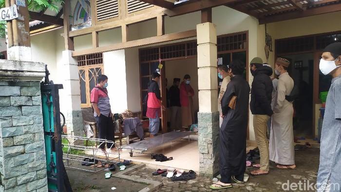 Pelayat berdatangan ke rumah Ustadz Maaher (Arun/detikcom)