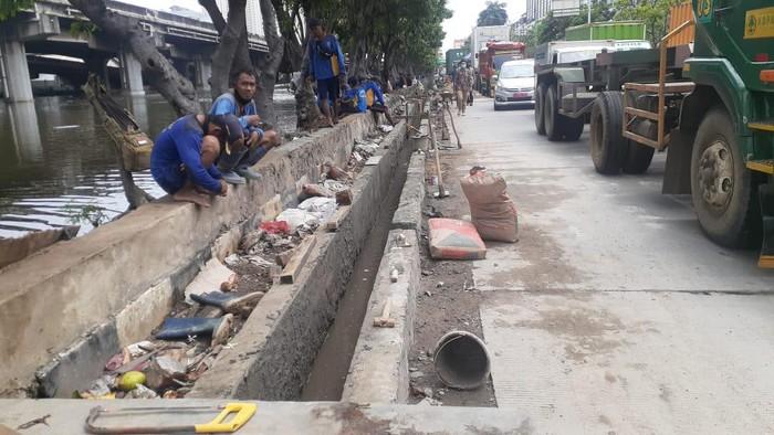 Pembangunan saluran kolam olakan di Jl Martadinata Ancol, Jakarta Utara. Genangan Masih terjadi meski sedikit.
