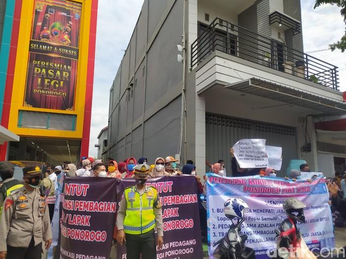 Peresmian Pasar Legi Ponorogo Diwarnai Demo Pedagang