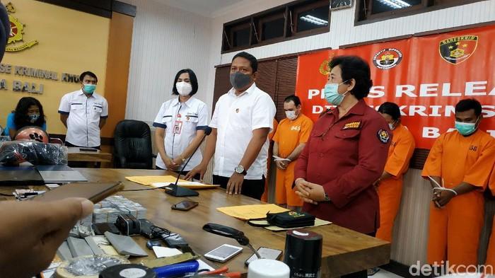 Polda Bali menangkap 7 pelaku skimming. Ketujuh pelaku terbagi dua kelompok yang sama-sama dikendalikan WNA (dok detikcom)