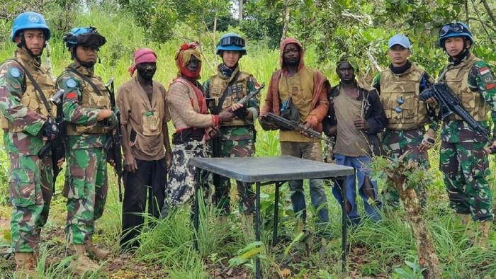 Prajurit TNI dengan anggota kelompok milisi di Kongo yang nenyerahkan diri