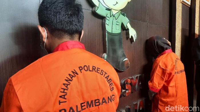 Real Pasutri di Palembang ditangkap Polrestabes Palembang karena menawarkan jasa threesome (Syahbana/detikcom)