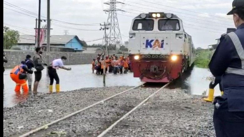 Rel yang ditinggikan imbas banjir Semarang sudah bisa dilewati kereta