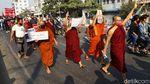 Saat Biksu Ikut Turun ke Jalan Tolak Kudeta di Myanmar