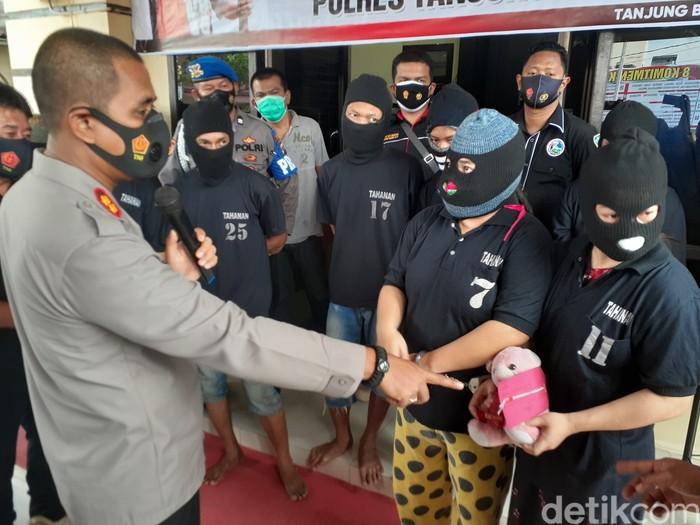 Sekeluarga di Tanjungbalai, Sumut, ditangkap atas kasus sabu. Salah satu barang bukti disimpan di boneka (Perdana Ramadhan/detikcom)