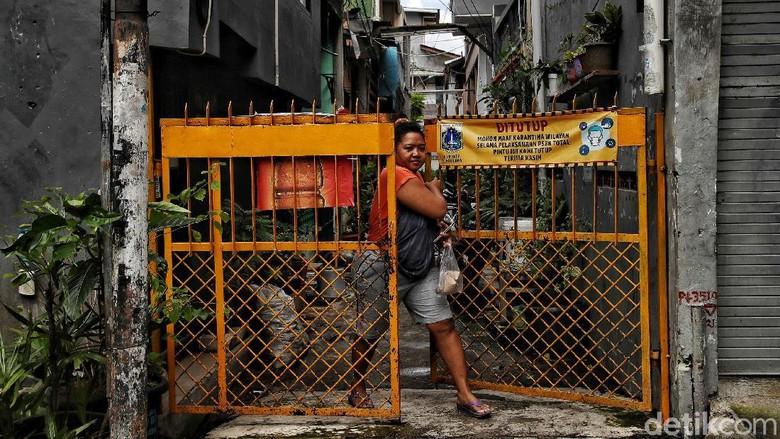 PPKM mikro atau Pemberlakuan Pembatasan Kegiatan Masyarakat skala desa/kelurahan sudah diterapkan. Yuk lihat suasana RW Zona Merah kawasan Sunter Jaya, Jakut.