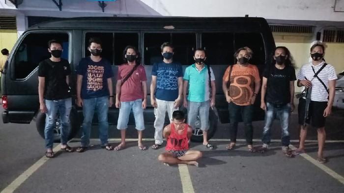 Sugianto (berbaju merah/tengah) ditangkap polisi karena mencuri emas dan uang panai warga Rp 8 juta (dok. Istimewa).