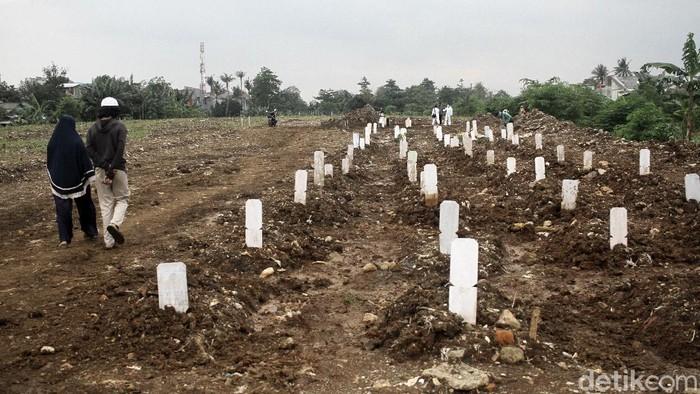 Perwakilan keluarga mendoakan jenazah di tempat pemakaman COVID-19 Jalan Raya Srengseng Sawah, Jakarta Selatan, Selasa (9/2). Tempat pemakaman jenazah COVID-19 berkapasitas 1020 unit ini sudah dua minggu berjalan dan sampai hari ini sudah sekitar 60 jenazah yang dimakamkan