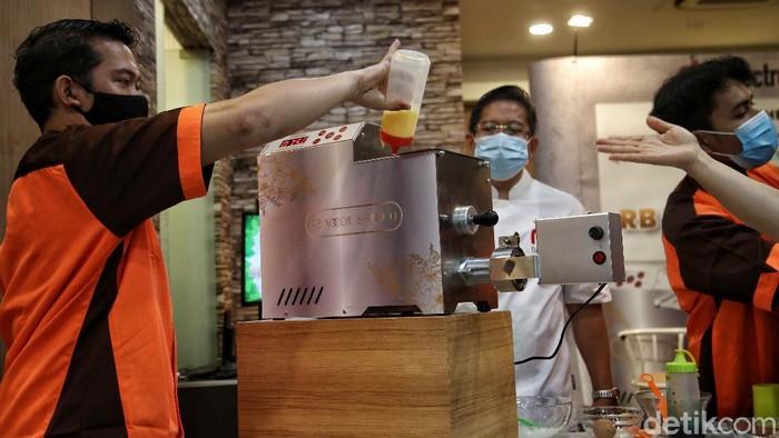 President Director RB Electronic Jenny Widjaja bersama Chef Andry melakukan demo membuat mie dengan alat RB Noodle S Pro 10 di kawasan Cafe Industri Mie, Kelapa Gading, Jakarta Utara, Rabu (9/2).