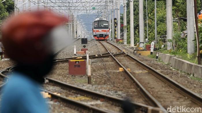 KRL Solo-Yogyakarta mulai beroperasi hari ini. Kereta Rel Listrik itu beroperasi menggantikan KA Prameks yang kini beralih menjadi relasi Yogyakarta - Kutoarjo.