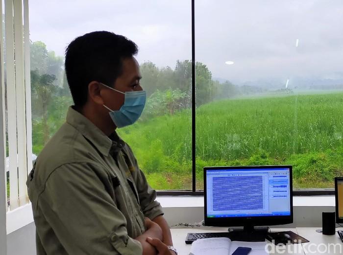 Pusat Vulkanologi dan Mitigasi Bencana Geologi (PVMBG) memasang alat GPS di lereng Gunung Raung yang erupsi. Dua alat dipasang di Jember dan Bondowoso.