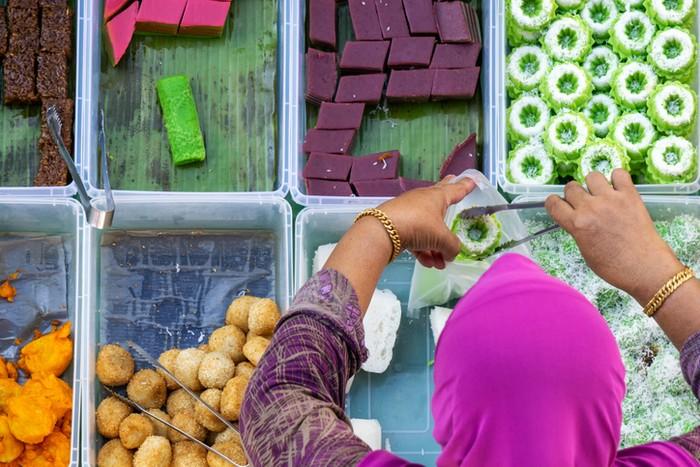 Ibu-ibu 'Kolombus' Bikin Resah, Begini Etiket Bungkus Makanan di Acara Hajatan