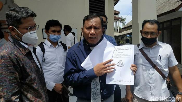 Kuasa Hukum I Gede Ari Astina alias Jerinx, I Wayan Gendo Suardana saat ditemui di Pengadilan Negeri Denpasar, Rabu (10/2/2021) usai penyerahan memori kasasi (Sui/detikcom)