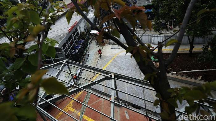 Pekerja terus melakukan pengerjaan penataan kawasan Stasiun Tebet, Jakarta. Nantinya Staisun Tebet akan lebih indah, rapi dan nyaman bagi pengguna transportasi massal.
