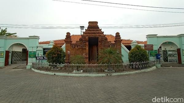 Di Kudus, ada sebuah masjid dengan bentuk gapura yang sangat mencolok. Masjid Wali, begitu warga mengenal masjid bersejarah itu. Sedangkan gapura di depannya bernama Gapura Paduraksa.
