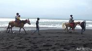 Foto: Bukan Turis Berjemur, Pantai Ini Isinya Malah Orang Berkuda