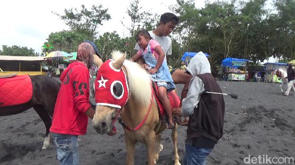 Yang unik dari pantai ini adalah, pengunjung bisa merasakan sensasi menunggang kuda di sepanjang garis pantai. Menyusuri Pantai Watu Pecak naik kuda merupakan sensasi yang sangat menyenangkan.