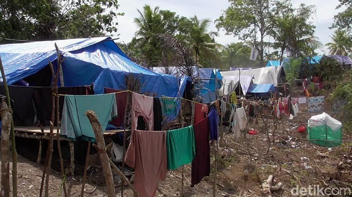 Pengungsian warga korban gempa bumi asal Dusun Aholeang dan Dusun Rui, Desa Mekkatta, Kecamatan Malunda, Kabupaten Majene, Sulbar (abdy/detikcom)
