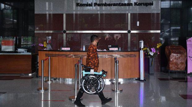 Perantara anggota Komisi II DPR Fraksi PDIP Ihsan Yunus, Agustri Yogasmara membawa barang bukti sepeda Brompton saat rekonstruksi perkara dugaan korupsi pengadaan bantuan sosial Kementerian Sosial untuk penanganan COVID-19 di gedung KPK, Jakarta, Rabu (10/2/2021). ANTARA FOTO/Sigid Kurniawan/rwa.