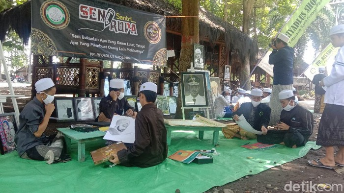 Selain belajar agama, puluhan santri Pondok Pesantren Riyadhlus Sholihin juga diberi pelajaran seni. Sehingga mereka lihai membuat sketsa wajah dan kaligrafi.