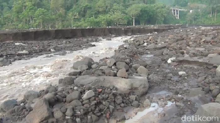 Tanggul penahan banjir lahar di Sungai Leprak Desa Sumber Wuluh Kecamatan Candipuro, jebol