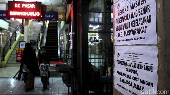 Yogyakarta jadi salah satu wilayah yang terapkan PPKM Mikro. Penerapan PPKM Mikro itu pun berdampak pada aktivitas jual-beli di Pasar Beringharjo.