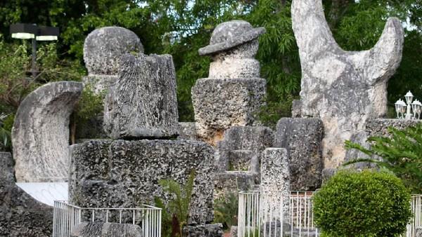 Selain Thornewood Castle, AS juga punya monumen cinta legendaris lain yakni Kastil Koral yang berada di Miami, Florida. Kastil ini didirikan pada tahun 1923 oleh Edward Leedskalnin yang patah hati karena batal menikah dengan sang tunangan Agnes Scuffs. Sebagai upaya untuk mengobati patah hatinya itu Leedskalnin pun membangun kastil. Ia membangun sendiri Kastil Koral dari 1.100 ton batu karang selama 28 tahun. Kastil itu kini jadi salah satu destinasi wisata tersohor di Miami. Istimewa/Christina Rutz via Wikipedia.