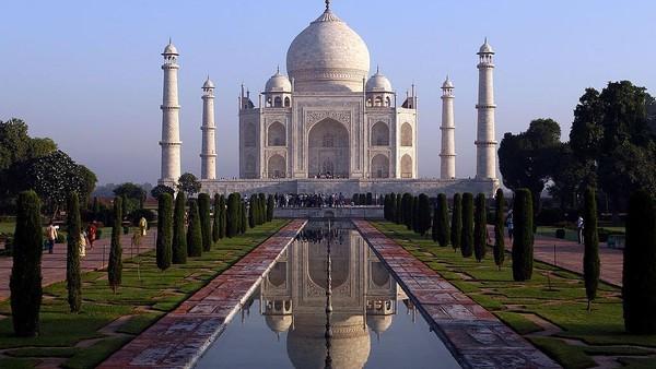 Siapa yang tak kenal dengan Taj Mahal di Agra, India. Situs warisan dunia itu mulai dibangun pada tahun 1632 hingga 1653 oleh Kaisar Mughal kelima Shah Jahan sebagai monumen cinta dan makam untuk mendiang istrinya Mumtaz Mahal yang meninggal usai melahirkan anak ke-14 pada tahun 1631. Taj Mahal yang merupakan ikon populer di India tersebut dibangun oleh puluhan ribu pekerja dari India, Persia, Kekaisaran Ottoman, dan juga Eropa. Julian Finney/Getty Images.