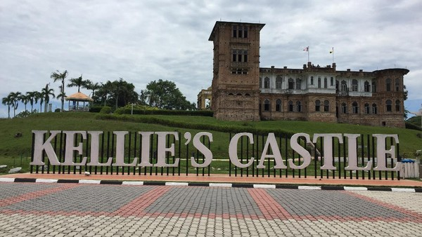 Bangunan yang berada di kawasan Ipoh, Malaysia ini bernama Kellies Castle. Kastil ini dibangun oleh seorang pria dari Skotlandia untuk istrinya pada tahun 1910-an. Diketahui, kastil ini dibangun dengan desain bangunan yang menyerupai Istana Mughal di India. Namun sayangnya, pria tersebut tak dapat menyelesaikan pembangunan kastil karena ia meninggal akibat penyakit pneumonia. Kini, Kellies Castle jadi salah satu destinasi wisata yang kerap dikunjungi wisatawan untuk melihat langsung monumen cinta tersebut. Istimewa/Nsaadah via Wikipedia.