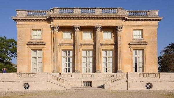 Petit Trianon yang berada di kawasan Versailles, Prancis, dibangun pada tahun 1762 hingga 1768 sebagai hadiah dari Raja Louis XV untuk Madame de Pompadour yang diketahui merupakan selir sang raja. Sayangnya, sebelum bangunan bersejarah itu selesai pembangunannya, Madame de Pompadour telah lebih dahulu tutup usia. Raja Louis XV pun kemudian memberikan Petit Trianon kepada Marie Antoinette yang menjadikan bangunan tersebut sebagai tempat liburan rahasianya. Tak hanya dikenal sebagai monumen cinta, Petit Trianon juga dikenal sebagai bangunan bersejarah yang menjadi saksi bisu peristiwa Revolusi Prancis. Istimewa/Moonik via Wikipedia.