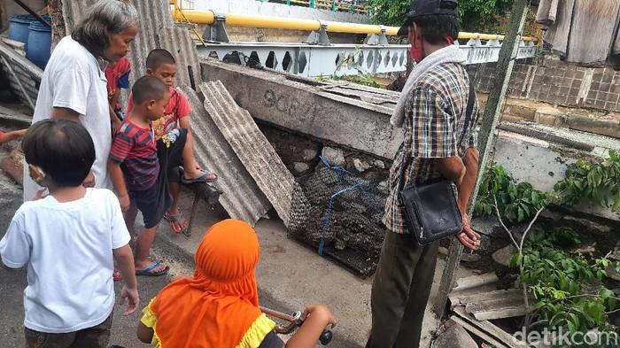 Warga di Jl Talang, Menteng, Jakarta, melihat ular sanca yang sudah diamankan dalam kandang