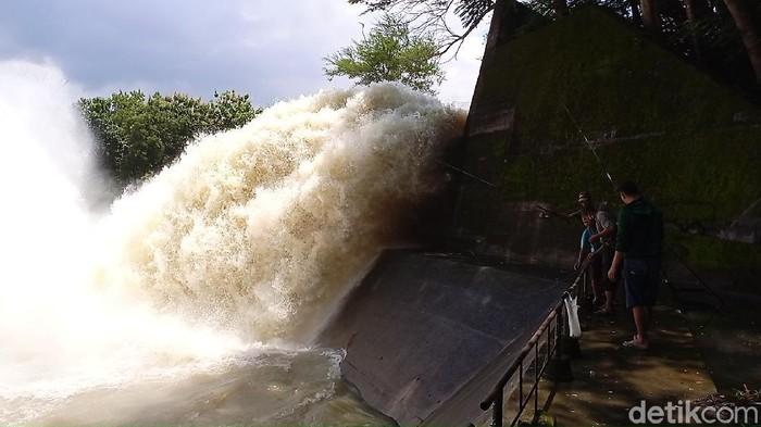 Air meluncur deras dari pintu Waduk Gajah Mungkur (WGM) Wonogiri, Kamis (11/2/2021) pukul 14.15 WIB.
