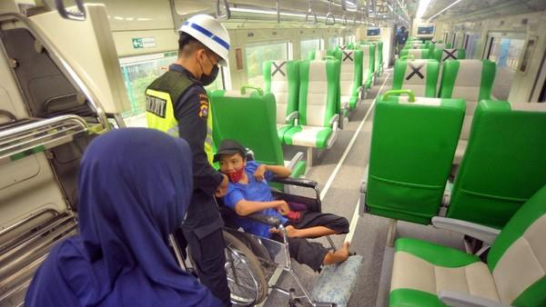 Ada enam keberangkatan Kereta Minangkabau Ekspress setiap hari melalui Stasiun Pulau Air menuju BIM yang bisa dimanfaatkan oleh masyarakat.