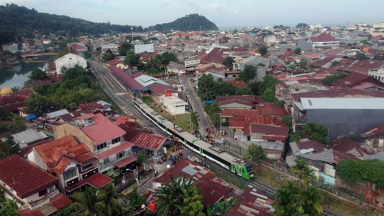 Kereta bandara Minangkabau Ekspres tiba di Stasiun Pulau Air, Padang, Sumatera Barat, Kamis (11/2/2021). PT KAI (Persero) mengaktivasi kembali operasional Stasiun Pulau air beserta jalur Simpang Haru - Pulau Air yang merupakan bagian dari jalur tertua di provinsi itu, dengan jadwal keberangkatan enam kali ke Bandara Internasional Minangkabau (BIM) dan tiket Rp10 ribu per orang. ANTARA FOTO/Iggoy el Fitra/wsj.